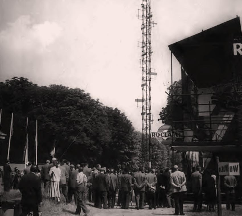 La Tour Spatiodynamique et Cybernétique at the first Salon International des Travaux Publics et du Bâtiment at Parc du Domaine de Saint-Cloud near Paris, 1955. Courtesy of Eléonore de Lavandeyra-Schöffer.