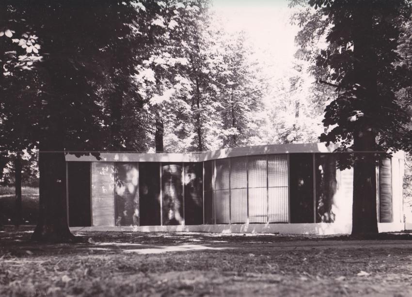 Exterior view of La Maison à Cloisons Invisibles at Parc du Domaine de Saint-Cloud near Paris, June 1957. Courtesy of Eléonore de Lavandeyra-Schöffer.